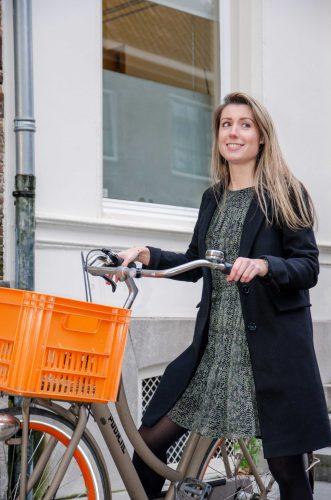 Vrouw met een fiets ziet de voordelen van fiets vergelijken in