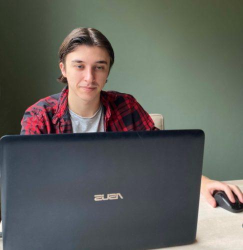 Man vergelijkt glasvezel internet op laptop