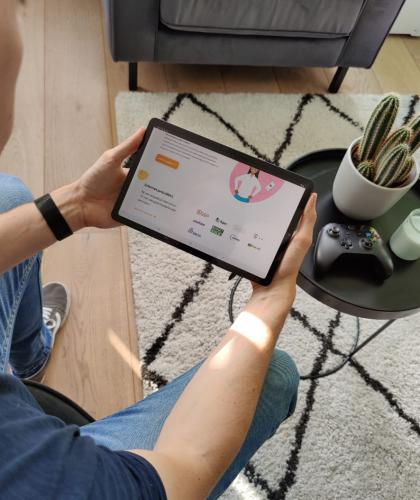Man vergelijkt internet providers op tablet